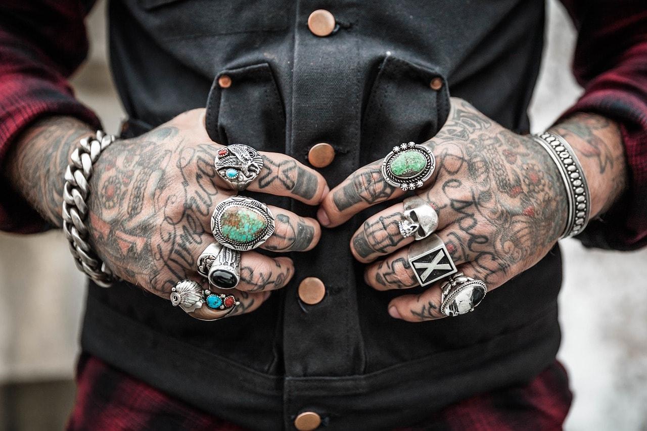 Wytatuowane ręce i biżuteria