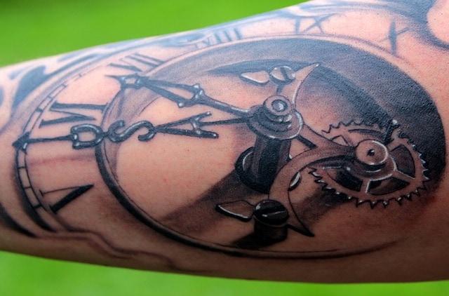 Znaczenie tatuażu z zegarem