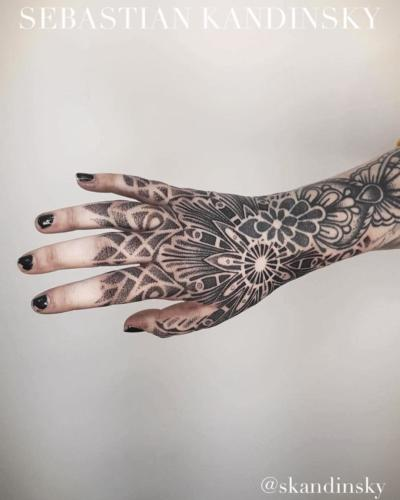 Motyw mandalowy umiejscowiony na dłoni i schodzący na palce