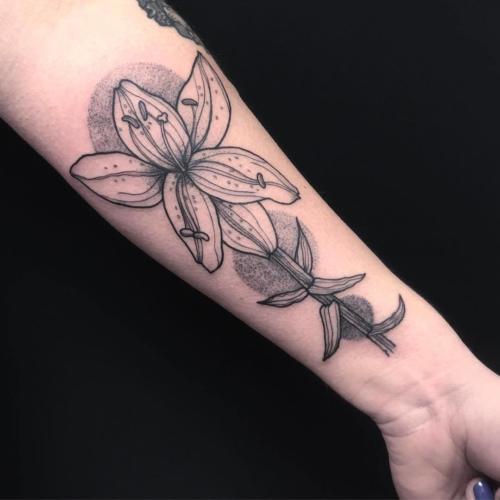 Kwiat cieniowany dotworkiem na wewnętrznej części przedramienia