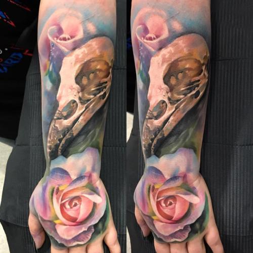Róża i czaszka w kolorze na przedramieniu