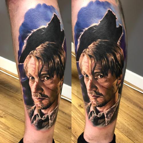 Kolorowy tatuaż realistyczny na łydce