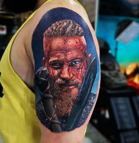Tatuaż realistyczny w kolorze -Ragnar